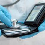 Треть россиян выбирают платных врачей