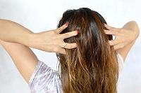 Втирать масло в волосы