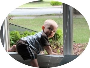 ребенок лезет в открытое окно