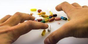 Многие забывают про ЗОЖ, когда начинают пить лекарства. Вот почему так делать не надо