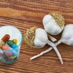 Чеснок, баня и антибиотики: альтернативное лечение, которому не стоит доверять